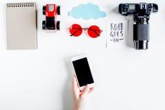 Accesorios para treveling con los niños y el teléfono móvil en la maqueta blanca de la opinión superior del fondo Imágenes de archivo libres de regalías