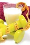 Accesorios para usar en cinta de la aptitud y de la medida con el vidrio de leche Imagen de archivo