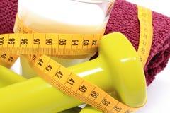 Accesorios para usar en cinta de la aptitud y de la medida con el vidrio de leche Imagen de archivo libre de regalías
