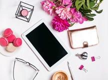 Accesorios, peonías y tableta femeninos elegantes con el scre en blanco imagenes de archivo