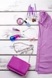 Accesorios planos de la endecha para el maquillaje y la camisa violeta imagen de archivo libre de regalías