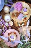 Accesorios planos del balneario de la endecha, jabón hecho a mano del artesano, flores frescas, brizna de la estopa, velas, sal d Fotos de archivo