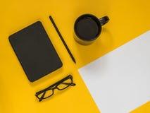 Accesorios planos del negocio del negro de la endecha en fondo amarillo con el bl Fotos de archivo libres de regalías