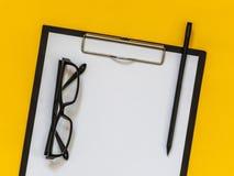 Accesorios planos del negocio del negro de la endecha en fondo amarillo con el bl Imagen de archivo libre de regalías