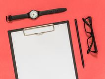Accesorios planos del negocio del negro de la endecha en fondo rosado con blan Fotos de archivo libres de regalías