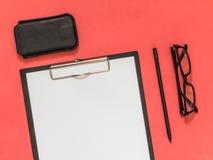 Accesorios planos del negocio del negro de la endecha en fondo rosado con blan Imágenes de archivo libres de regalías