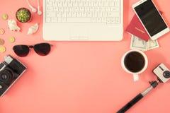 Accesorios planos del viajero de la endecha en fondo rosado con el espacio en blanco para el texto Viaje de la visión superior o  Fotos de archivo