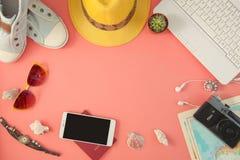 Accesorios planos del viajero de la endecha en fondo rosado con el espacio en blanco para el texto Viaje de la visión superior o  Imagen de archivo