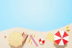 Accesorios por vacaciones de verano en la arena Fotografía de archivo
