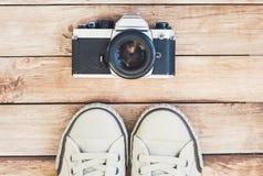 Accesorios principales del fotógrafo del inconformista Cámara y zapatos de la foto Fotografía de archivo