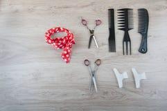 Accesorios profesionales de la peluquería del salón en la tabla de madera Imágenes de archivo libres de regalías