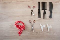 Accesorios profesionales de la peluquería en la tabla de madera Espacio para el texto Fotografía de archivo