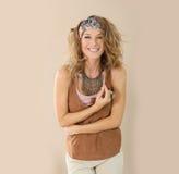 Accesorios que llevan sonrientes de la mujer de moda Imagen de archivo libre de regalías