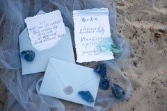 Accesorios que se casan en la playa accesorios que se casan en la arena Invitación de la boda Fotos de archivo
