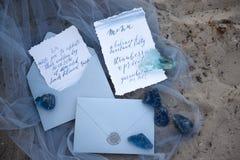 Accesorios que se casan en la playa accesorios que se casan en la arena Invitación de la boda Imagen de archivo