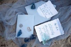 Accesorios que se casan en la playa accesorios que se casan en la arena Invitación de la boda Foto de archivo