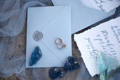 Accesorios que se casan en la playa accesorios que se casan en la arena Invitación de la boda Imagen de archivo libre de regalías