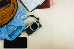 Accesorios que viajan de la endecha plana con el espacio de la copia fotografía de archivo