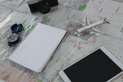 Accesorios que viajan en mapa Fotografía de archivo