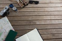 Accesorios que viajan en tablón de madera Fotos de archivo libres de regalías