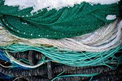 Accesorios, redes y cuerdas de la pesca en un barco para pescar Estación del invierno Imagen de archivo libre de regalías