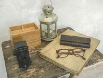 Accesorios retros del vintage en la tabla de madera sucia Imágenes de archivo libres de regalías