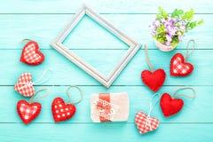 Accesorios románticos el día de tarjetas del día de San Valentín Fondo de madera azul Día de la madre Fotografía de archivo libre de regalías