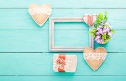 Accesorios románticos en fondo de madera azul con el espacio de la copia T Foto de archivo libre de regalías