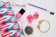 Accesorios rosados del bolso y del maquillaje del artículo de tocador Imagen de archivo libre de regalías