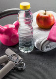 Accesorios rosados del gimnasio y de la dieta con el apretón del kettlebell y de la mano Fotos de archivo