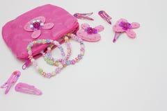 Accesorios rosados del pelo para las muchachas, adolescentes Pernos de pelo y clips, collares Forme los accesorios y el bolso cos Fotografía de archivo libre de regalías