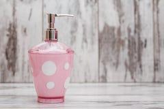 Accesorios rosados lindos del cuarto de baño Foto de archivo libre de regalías