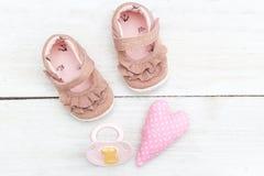 Accesorios rosados para los bebés en un fondo blanco de madera La Florida Fotografía de archivo