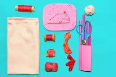 Accesorios rosados y rojos del vintage para coser Imágenes de archivo libres de regalías