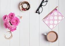 Accesorios, rosas y café del ` s de la mujer Fotos de archivo