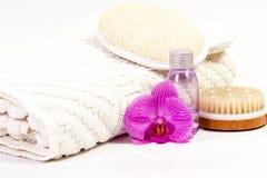 Accesorios sanitarios y orquídea rosada Imagen de archivo libre de regalías