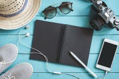 Accesorios, teléfono móvil y cuaderno del ` s del viajero con el espacio de la copia Fotografía de archivo libre de regalías