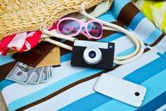 Accesorios turísticos femeninos: cubierta, gafas de sol, bolso de la paja, passpo Fotos de archivo