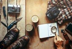 Accesorios turísticos y que acampan en la superficie de madera, visión superior Plan del viaje Fotos de archivo
