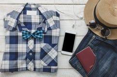 Accesorios a viajar con concepto de la ropa del hombre camisa, Imagen de archivo libre de regalías