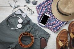 Accesorios a viajar con concepto de la ropa del hombre camisa, Fotos de archivo libres de regalías