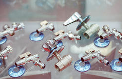 Accesorios y accesorios de fontanería en la tienda Fotos de archivo libres de regalías
