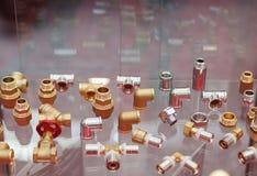 Accesorios y accesorios de fontanería en la tienda Imágenes de archivo libres de regalías