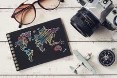 Accesorios y artículos del ` s del viajero con el cuaderno y el SP negros de la copia Imagen de archivo