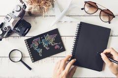 Accesorios y artículos del ` s del viajero con el cuaderno y el SP negros de la copia Imágenes de archivo libres de regalías