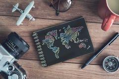 Accesorios y artículos del ` s del viajero con el cuaderno y el SP negros de la copia Foto de archivo libre de regalías
