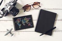 Accesorios y artículos del ` s del viajero con el cuaderno y el SP negros de la copia Fotos de archivo