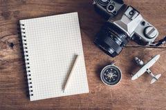 Accesorios y artículos del ` s del viajero con el espacio del cuaderno y de la copia Fotos de archivo libres de regalías