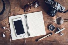Accesorios y artículos del ` s del viajero con el espacio del cuaderno y de la copia Foto de archivo