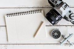 Accesorios y artículos del ` s del viajero con el espacio del cuaderno y de la copia Imágenes de archivo libres de regalías